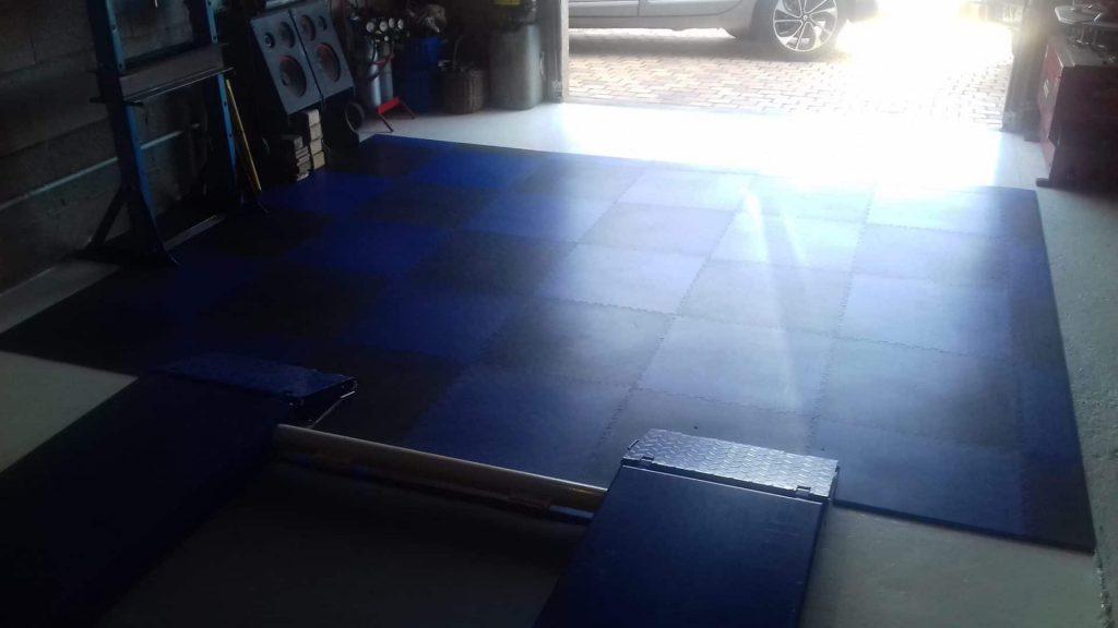 Niebiesko-czarna podłoga w garażu, Francja
