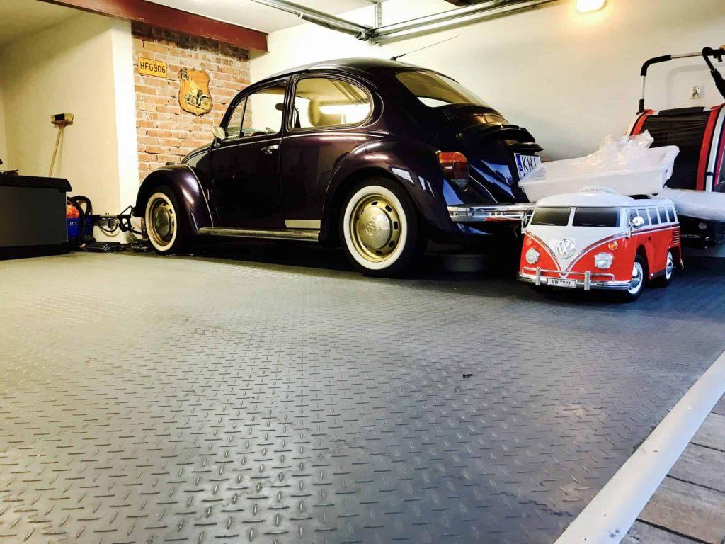 Posadzka w garażu dla małego i dużego samochodu, Polska